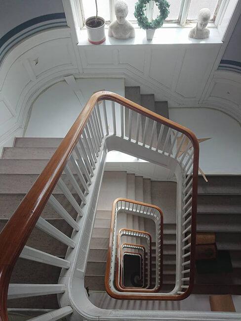 Indvendigt malerarbejde af trappe